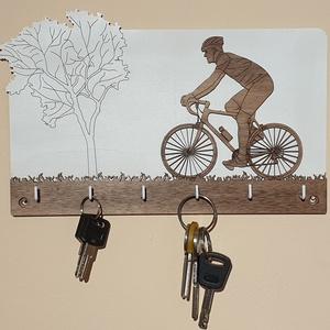 Biciklis fali kulcstartó, fiú kerékpárossal, Otthon & Lakás, Dekoráció, Famegmunkálás, Mindenmás, Bringás fali kulcstartó, 6 akasztós, az aljánál 24cm széles. Natúr és pácolt rétegelt lemezből készü..., Meska