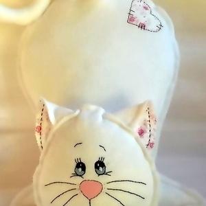 Fehér cica rózsákkal - polár párna, Otthon & Lakás, Lakástextil, Párna & Párnahuzat, Hímzés, Varrás, Ez egy eladott párna, de kérésre újra elkészítem, kisebb eltéréssel.\nKedves ajándék lehet ez a hófeh..., Meska