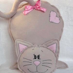 Bézs cica  polár párna, Gyerek & játék, Gyerekszoba, Otthon & lakás, Dekoráció, Hímzés, Varrás, Egyedi ajándéknak ajánlom.\nNév hímzéssel is kérhető.\nCsak 1 darab készült belőle.\nBézs színű  polár ..., Meska