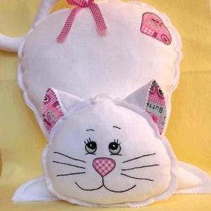 Fehér Cica -polár párna, Gyerek & játék, Otthon & lakás, Lakberendezés, Varrás, Hímzés, Kedves ajándék lehet ez a fehér cica párna.\nDíszítése pink mintás pamutvászon.\nKézzel szabott és kéz..., Meska