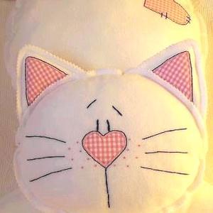 Cuki Cica lányos -polár párna, Otthon & lakás, Lakberendezés, Gyerek & játék, Gyerekszoba, Lakástextil, Varrás, Hímzés, Fehér polár anyagból készült.\nDíszítése rózsaszín pamutvászon és a szalag is pamutvászon.\nKézzel sza..., Meska