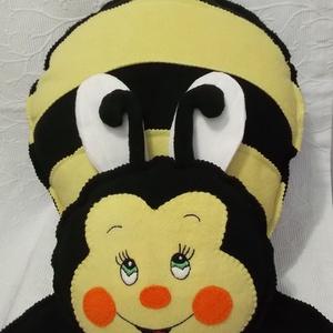 Zümi a méhecske -polár párna vendeg402415 részére, Játék & Gyerek, Varrás, Hímzés, \n\nKézi hímzéssel és gépi varrással készült, polár anyagból.\n\nMérete: 40x 50 cm\n\nGéppel mosható, könn..., Meska