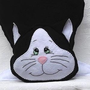 Fehér-fekete cica alakú díszpárna - Meska.hu