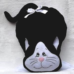 Fehér-fekete cica alakú díszpárna, Otthon & Lakás, Dekoráció, Varrás, Hímzés, Kellemes tapintású fekete és fehér puha polárból készült.\nMérete: 55x40 cm+ a farka\nMosógépben 30 fo..., Meska