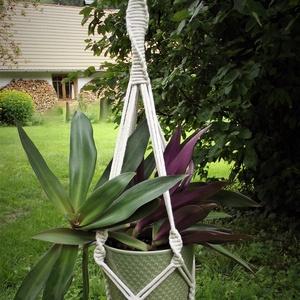 Makramé virágtartó 2., Otthon & lakás, Dekoráció, Dísz, Lakberendezés, Kaspó, virágtartó, váza, korsó, cserép, Csomózás, Újrahasznosított alapanyagból készült termékek, 4 ágú, bézs színű csomózott virágtartó.\nFelhasznált anyagok: 5mm-es újrahasznosított pamut fonal, fa..., Meska