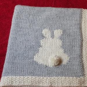 Babatakaró, Otthon & Lakás, Takaró, Lakástextil, Kézzel kötött, szürke-nyersfehér színösszeállítású babatakaró.  Mérete: 60 x 65 cm. A nyuszis minta ..., Meska