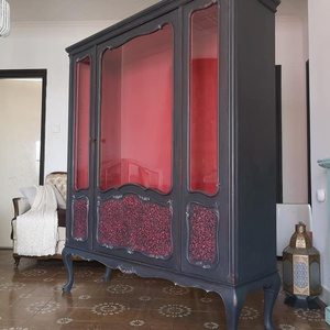 Díszes neobarokk jellegű vitrin, Otthon & lakás, Bútor, Szekrény, Festett tárgyak, Graphit - piros vitrin\n\nBelül is festett, 3 polcos, kettő üvegből és legalul egy szintén piros fa po..., Meska
