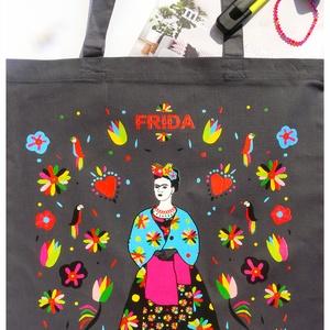 \' Frida\' grafitszürke bevásárló/shoppingtáska /shopper , Táska, Táska, Divat & Szépség, Válltáska, oldaltáska, Szatyor, Varrás, Új dizájnunkkal készült válltáska amit Frida Kahlo ihletett. Frida Kahlo karakteres, ma is ható, kül..., Meska