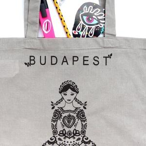 ÚJ színek ! 'Menyecske' -Budapest shoppingoló, bevásárló táska- galamb szürke, NoWaste, Táska, Divat & Szépség, Táska, Válltáska, oldaltáska, Elkészült sok sok érlelés után a legújabb mintám. Összeválogattam a kedvenc motívumaimat és szimbólu..., Meska