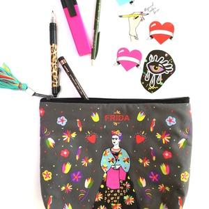 \'Frida \' szürke\' óriás neszesszer / sminktáska/ erszény/mobil/bármi tok, Táska, Divat & Szépség, Táska, Pénztárca, tok, tárca, Varrás, Hímzés, Új dizájnunkkal készült neszesszer amit Frida Kahlo ihletett. Make-up bag / tárca/erszény / neszessz..., Meska