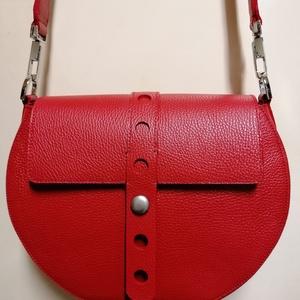 Piros kör táska, Vállon átvethető táska, Kézitáska & válltáska, Táska & Tok, Varrás, Bőrművesség, Ezt kör női táskát egy piros marha bőrből készítettem.záródása fedélel és mágnes zárral történik vál..., Meska