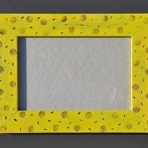 Pirogravírozott mintás, sárga képkeret, Otthon & Lakás, Dekoráció, Képkeret, Famegmunkálás, Festett tárgyak, A készen vásárolt képkeretet pirográf technikával készítettem el. Először a mintákat égettem bele pá..., Meska