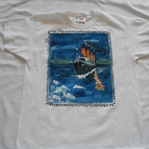 Titanic kézzel festett pólü 128-as méret, Táska, Divat & Szépség, Ruha, divat, Gyerekruha, Festészet, Festett tárgyak, Titanic kézzel festett póló 128-as méret. Íme az első azonnal vihető darab a Titanic rajongók részér..., Meska