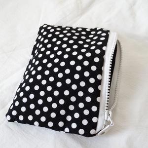 Pöttyös Pénztárca - Kártyatartó - Pöttyös mini neszesszer - Sminktáska - Kozmetikai táska - Fekete/fehér - Telefontartó , Táska, Táska, Divat & Szépség, Pénztárca, tok, tárca, Neszesszer, Pénztárca, Zsebkendőtartó, Varrás, Fekete alapon fehér pöttyös anyagból készítettem ezt a pénztárcát, mini neszesszert vagy bármi tartó..., Meska