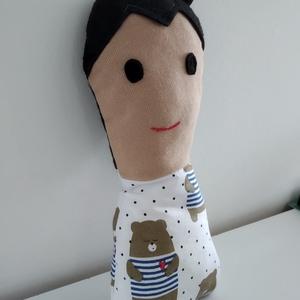 Kisfiú baba - rongybaba - Sötét hajú textil baba - puha kézműves baba - fekete hajú fiú baba - játékbaba kisfiúknak, Gyerek & játék, Játék, Baba, babaház, Játékfigura, Plüssállat, rongyjáték, Baba-és bábkészítés, 22 cm magas, puha textil kisfiú baba. Ruhája pamut vászon anyagból készült. Szeme, haja filc, szája ..., Meska