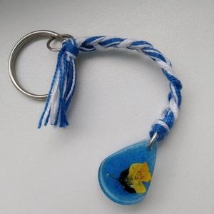 Árvácskás műgyanta kulcstartó - préselt növény gyantába foglalva - műgyanta kulcstartó árvácskával - árvácska virágos, Táska & Tok, Kulcstartó & Táskadísz, Kulcstartó, Ékszerkészítés, Egy kis árvácska virágot öntöttem átlátszó, uv álló műgyantába. Kék akril festékkel színeztem a hátt..., Meska