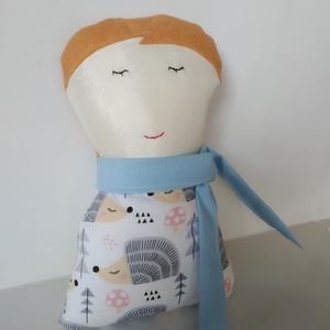 Fiú baba levehető sállal - rongybaba - Barna hajú textil baba - puha kézműves baba - kisfiú baba - játékbaba párnababa, Játék & Gyerek, Baba & babaház, Baba, Baba-és bábkészítés, 23 cm magas, puha textil fiú baba. Ruhája pamut vászon anyagból készült. Haja filc, szeme -szája kéz..., Meska