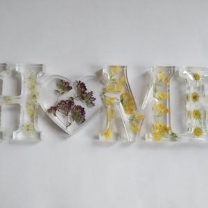 Home felirat - Egyedi igazi virágos műgyanta dísz - polcdísz- asztaldísz - dekoráció - édes otthon - szíves, Otthon & Lakás, Dekoráció, Dísztárgy, Ékszerkészítés, Egyedi műgyanta díszt készítettem, valódi virágokkal. Vadmurok, oregánó, mezei sárga virág, és százs..., Meska