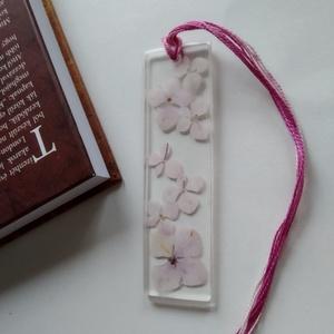Rózsaszín hortenziás műgyanta könyvjelző - igazi növényes könyvjelző - valódi hortenzia növény - egyedi virágos, Otthon & Lakás, Papír írószer, Könyvjelző, Ékszerkészítés, Igazi hortenzia virágokat rejt ez a könyvjelző. \nÁtlátszó, uv álló műgyantába öntöttem, mely üvegsze..., Meska