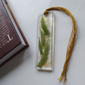 Páfrányos műgyanta könyvjelző arany csillogással - igazi növényes könyvjelző - arany csillámos - valódi növény, Otthon & Lakás, Papír írószer, Könyvjelző, Ékszerkészítés, Igazi páfrány növényt rejt ez a könyvjelző. Arany csillám teszi csillogóvá.\nÁtlátszó, uv álló műgyan..., Meska