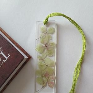 Zöld hortenziás műgyanta könyvjelző - igazi növényes könyvjelző - valódi hortenzia növény - egyedi virágos, Otthon & Lakás, Papír írószer, Könyvjelző, Ékszerkészítés, Igazi hortenzia virágokat rejt ez a könyvjelző. Zöld csillám teszi enyhén csillogóvá.\nÁtlátszó, uv á..., Meska