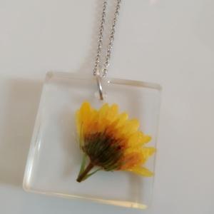 Körömvirágos műgyanta medál nemesacél láncon - igazi virágos műgyanta ékszer - körömvirág négyzet medál, Ékszer, Nyaklánc, Medálos nyaklánc, Egyedi, kézzel készített nyaklánc igazi virággal. Egy kis narancssárga körömvirágot öntöttem átlátsz..., Meska