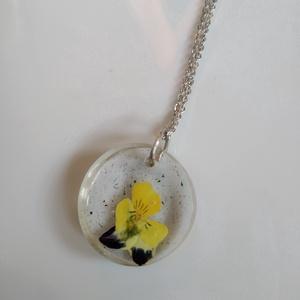 Mini árvácska virágos műgyanta medál nemesacél láncon - műgyanta ékszer árvácskával - igazi árvácskás gyanta ékszer, Ékszer, Nyaklánc, Medálos nyaklánc, Egyedi, kézzel készített nyaklánc igazi virággal. Egy mini árvácska virágot öntöttem kör alakú, átlá..., Meska
