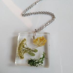 Erdőn - mezőn műgyanta medál nemesacél láncon - igazi mezei virágok és moha - műgyanta ékszer antiallergén láncon, Ékszer, Medálos nyaklánc, Nyaklánc, Egyedi, kézzel készített nyaklánc igazi virággal. Sárga és fehér mezei virágokat és egy kis mohát ön..., Meska
