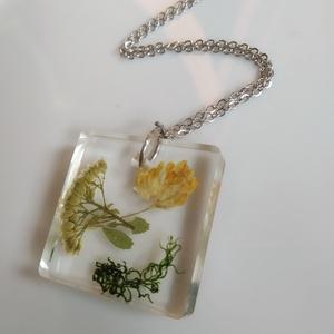 Igazi mezei virágos műgyanta medál nemesacél láncon - mezei virágok és moha - műgyanta ékszer antiallergén láncon, Medálos nyaklánc, Nyaklánc, Ékszer, Ékszerkészítés, Egyedi, kézzel készített nyaklánc igazi virággal.\nSárga és fehér mezei virágokat és egy kis mohát ön..., Meska