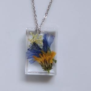 Mezei virágos műgyanta medál nemesacél láncon - műgyanta ékszer igazi virágokkal  - téglalap medál rozsdamentes láncon, Ékszer, Nyaklánc, Medálos nyaklánc, Ékszerkészítés, Egyedi, kézzel készített nyaklánc igazi virággal.\nFehér, kék és sárga mezei virágokat tettem téglala..., Meska