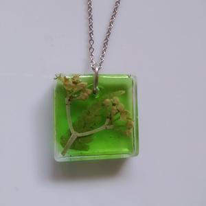 Zöld műgyanta medál nemesacél láncon - műgyanta ékszer antiallergén nyakláncon - páfrány és bogyó négyzet alakú medálban, Ékszer, Nyaklánc, Medálos nyaklánc, Ékszerkészítés, Egyedi, kézzel készített nyaklánc igazi virággal.\nEgy páfrány levélkét és egy kis sárga bogyós növén..., Meska