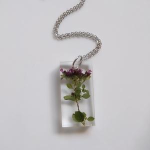 Oregánó virágos műgyanta medál nemesacél nyakláncon - műgyanta ékszer téglalap alakú medállal - Szurokfű virágok, Ékszer, Nyaklánc, Medálos nyaklánc, Ékszerkészítés, Egyedi, kézzel készített nyaklánc igazi virággal. Egy szál oregánó / szurokfű virágot öntöttem tégla..., Meska