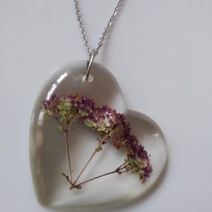 Virágos műgyanta szív medál nemesacél nyakláncon - oregánó / szurokfű virág - műgyanta ékszer antiallergén láncon - ékszer - nyaklánc - medálos nyaklánc - Meska.hu