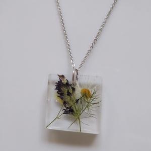 Mezei virágos műgyanta medál nemesacél láncon - igazi százszorszépes virág ékszer - százszorszép virágos négyzet medál, Ékszer, Nyaklánc, Medálos nyaklánc, Ékszerkészítés, Egyedi, kézzel készített nyaklánc igazi virággal.\nVegyes mezei virágokat öntöttem átlátszó, uv álló ..., Meska