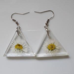 Igazi százszorszép virágos műgyanta fülbevaló nemesacél alapon - műgyanta ékszer antiallergén alap - háromszög fülbevaló, Ékszer, Fülbevaló, Lógó fülbevaló, Egyedi, kézzel készített fülbevaló, igazi virággal. Százszorszép virágot öntöttem háromszög alakú, á..., Meska