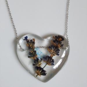 Levendula virágos műgyanta szív medál nemesacél láncon - préselt növény gyantában - gyantaékszer - levendulás medál , Ékszer, Nyaklánc, Medálos nyaklánc, Levendula virágokat öntöttem átlátszó, uv álló műgyantába. Kék csillám díszíti a hátterét. Üvegszerű..., Meska