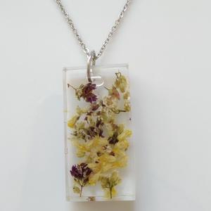 Morzsolt virágos műgyanta medál nemesacél nyakláncon - műgyanta ékszer szárított virágokkal - téglalap alakú medállal, Ékszer, Nyaklánc, Medálos nyaklánc, Egyedi, kézzel készített nyaklánc igazi virággal. Morzsolt szárított virágokat öntöttem téglalap ala..., Meska