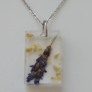 Levendulás műgyanta medál nemesacél láncon - műgyanta ékszer igazi levendulával - téglalap medál rozsdamentes láncon, Ékszer, Nyaklánc, Medálos nyaklánc, Egyedi, kézzel készített nyaklánc igazi virággal. Levendula virágot és egy kis morzsolt sárga virágo..., Meska