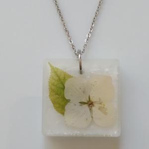 Hortenzia Virágos műgyanta medál nemesacél láncon - műgyanta ékszer hortenziával - hortenziás gyanta medál antiallergén, Ékszer, Nyaklánc, Medálos nyaklánc, Egyedi, kézzel készített nyaklánc igazi virággal. Egy hortenzia virágot és egy levelet öntöttem átlá..., Meska