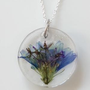 Kék katáng virágos műgyanta medál nemesacél láncon - mezei virágos műgyanta ékszer - gyanta ékszer mezei virággal, Ékszer, Nyaklánc, Medálos nyaklánc, Ékszerkészítés, Egyedi, kézzel készített nyaklánc igazi virággal.\nEgy kék katáng virágot és egy kis lila virágot önt..., Meska