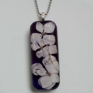 Hortenzia virágos műgyanta ékszer nemesacél láncon - valódi virágos hosszúkás medál - gyantaékszer - hortenziás ékszer, Ékszer, Nyaklánc, Medálos nyaklánc, Rózsaszín hortenzia virágok kerültek ebbe a műgyantából készült medálba. Átlátszó, uv álló műgyantáb..., Meska