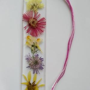Színes mezei virágos műgyanta könyvjelző  - igazi növényes könyvjelző - valódi virágos - napraforgó - őszirózsa - sárga, Otthon & Lakás, Papír írószer, Könyvjelző, Ékszerkészítés, Színes mezei virágokat, őszirózsát, és egy kis fej napraforgót rejt ez a könyvjelző. \nÁtlátszó, uv á..., Meska