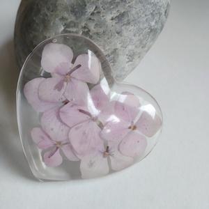 Hortenzia virágos műgyanta szív kitűző - préselt növény gyantában - gyantaékszer  hortenziával - rózsaszín hortenziás, Ékszer, Kitűző és Bross, Kitűző, Rózsaszín hortenzia virágokat tettem átlátszó, uv álló műgyantába. Fém kitűző alapot rögzítettem a h..., Meska