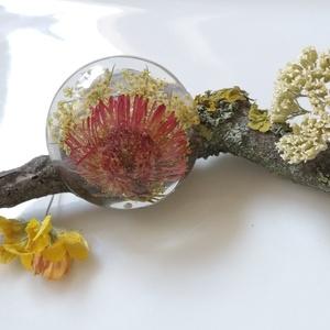 Virágos műgyanta gyűrű állítható alapon - gyanta ékszer - őszirózsa vadmurok murok - igazi virágos gyűrű, Ékszer, Gyűrű, Kerek gyűrű, Egyedi, kézzel készített domború gyűrű igazi virággal. Őszirózsa és vadmurok virágokat öntöttem átlá..., Meska