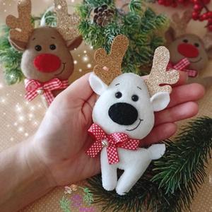 Fehér rénszarvas csillogó aganccsal , Karácsony & Mikulás, Karácsonyfadísz, Hímzés, Varrás, Hófehér rénszarvast varrtam aranybarna aganccsal. Nyakába pici szíves szalagot raktam csengettyűvel...., Meska