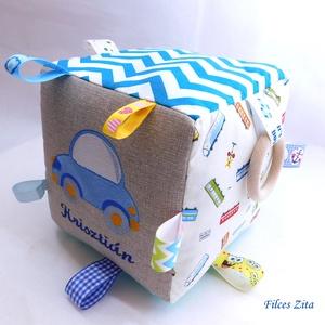 Autós, járműves névre szóló babakocka- mókakocka csörgővel, Gyerek & játék, Játék, Készségfejlesztő játék, Varrás, Autós mintával készült mókakocka, a minta és a név gépi hímzéssel készült. \n\nA kockánál a kék szín d..., Meska