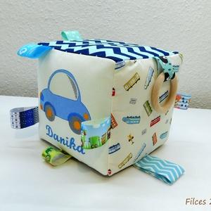 Autós, járműves névre szóló babakocka- mókakocka csörgővel, Játék & Gyerek, 3 éves kor alattiaknak, Babakocka, Autós mintával készült mókakocka, a minta és a név gépi hímzéssel készült.   A kockánál a kék szín d..., Meska