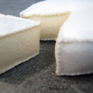 Camembert sajt filcből, Gyerek & játék, Játék, Baba, babaház, Farsang, Varrás, Főzőcskézzünk?\nSzereted a sajtot? A camembert?\nEz a filcből készült finomság a valódival egyező mére..., Meska