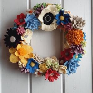 Tavaszi ajtókopogtató/koszorú, Otthon & Lakás, Dekoráció, Ajtódísz & Kopogtató, Virágkötés, Mindenmás, Hazai gyártású gyapjúfilcből egyedi, kézzel készített filcvirág koszorú.\nSzínes, változazos virág fo..., Meska