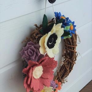 Tavaszi koszorú/ajtó kopogtató, Otthon & Lakás, Dekoráció, Ajtódísz & Kopogtató, Mindenmás, Hazai gyártású gyapjúfilcből egyedi, kézzel készített filcvirág koszorú.\nSzínes, változazos virág fo..., Meska